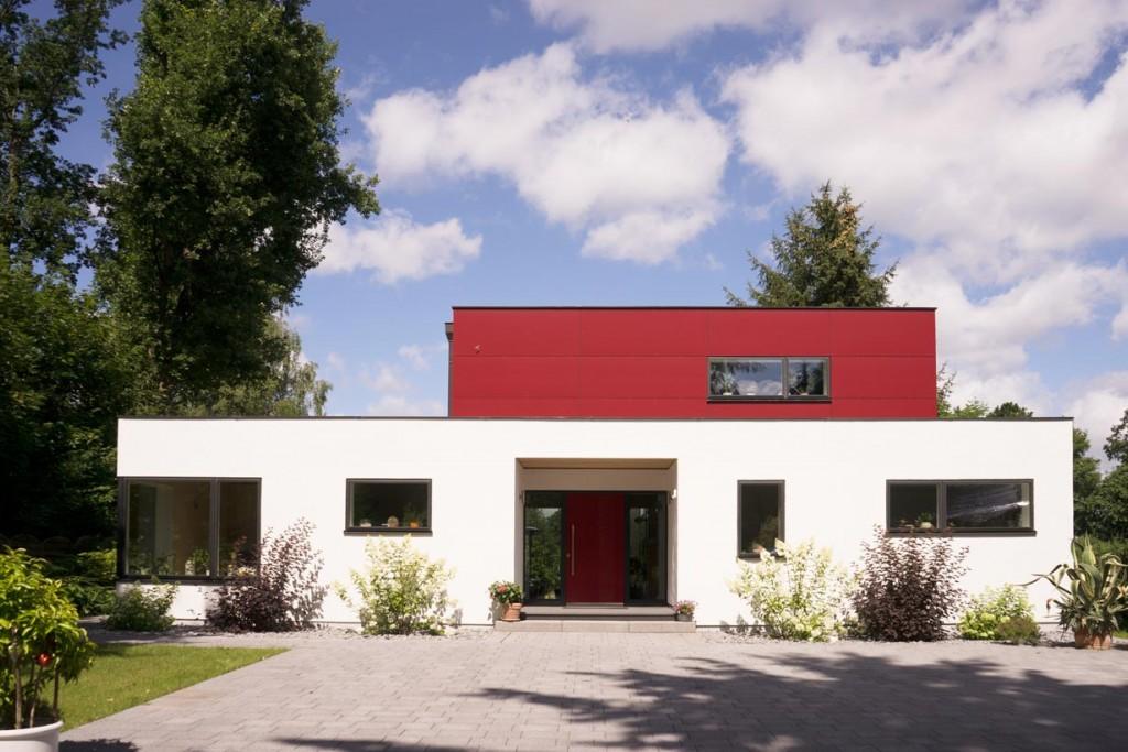 Von der Straßenseite wirkt das Haus in schlichter zurückhaltender Eleganz. Bild: Max Haus