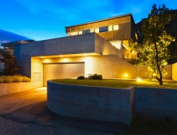 Lichtakzente rund ums Haus wirken sehr eindrucksvoll. Zudem sorgt die umfassende Beleuchtung dafür, dass man sich auch am Abend stolperfrei draußen bewegen kann. Bild: fotolia