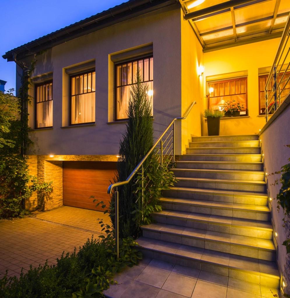 Für den Zugang zum Haus ist eine gute Beleuchtung unerlässlich. In diesem Bereich haben sich Wandleuchten bewährt. Die Ausleuchtung der Treppe gelingt besonders gut mit seitlich integrierten LED-Spots. Bild: fotolia