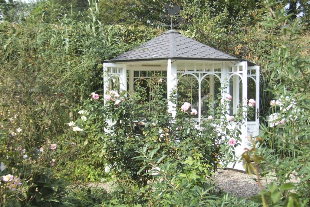 Romantik mit Durchblick: Wer sich in diesem Pavillon eine Auszeit gönnt, der kann das Geschehen im Garten ungestört genießen und dabei den Alltagsstress vergessen. Bild: BGL