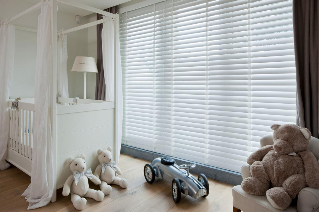 Holzjalousien ermöglichen einen wunschgemäßen Lichteinfall im Kinderzimmer. Sie lassen sich stufenlos verstellen, sodass jederzeit optimale Lichtverhältnisse herrschen. Bild: tdx/JASNO