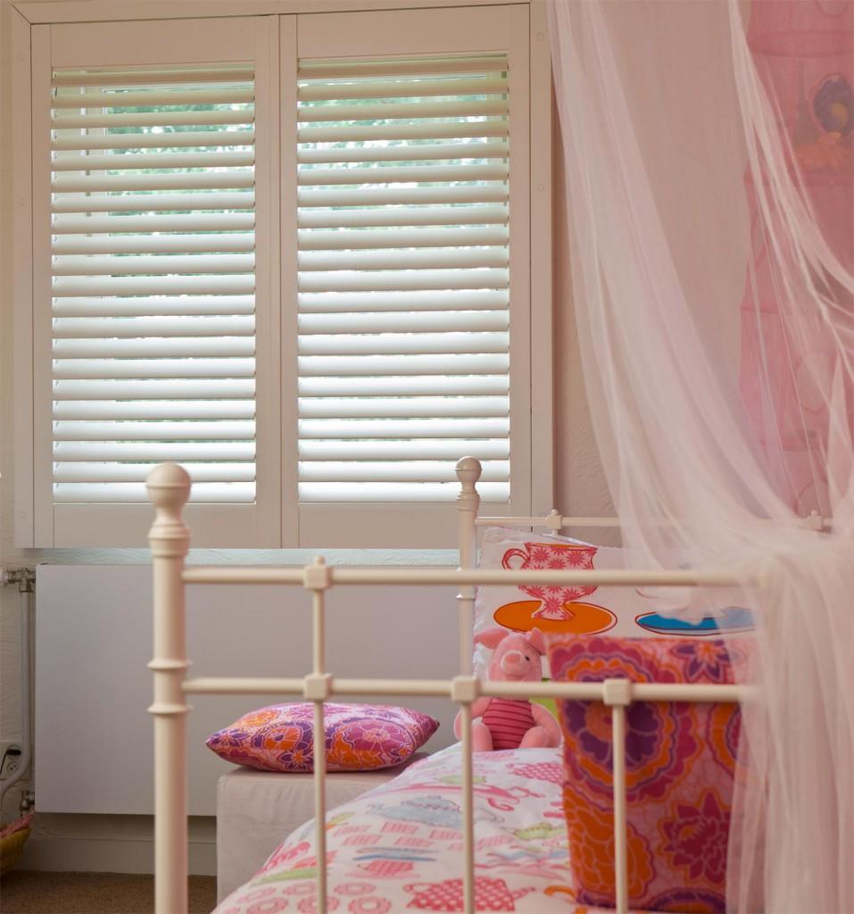 Mit Holzshutters von JASNO kann das Kinderzimmer im Handumdrehen für den Mittagsschlaf der Kleinen abgedunkelt werden. Bild: tdx/JASNO