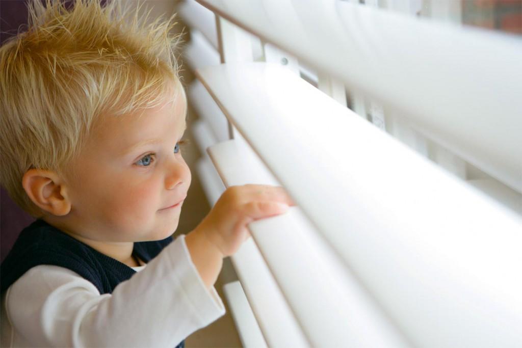 Durch eine spezielle Lackierung sind Holzshutters und -jalousien von JASNO pflegeleicht und einfach zu reinigen, was in Kinderzimmern von großem Vorteil ist. Bild: tdx/JASNO