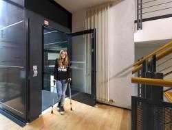 Nicht nur für ältere oder gehandicapte Menschen erleichtern Aufzüge im Eigenheim den Alltag. Auch beim Transport von schweren oder sperrigen Gegenständen oder bei vorübergehenden Einschränkungen ist ein Plattformaufzug wünschenswert. Bild: tdx/Ammann & Rottkord