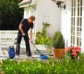 Im Frühjahr wird der Außenbereich auf Vordermann gebracht. Damit alles schön und sauber wird, sind Reinigungs- und Pflegemaßnahmen notwendig. Bild: tdx/EUROBAUSTOFF/Nilfisk