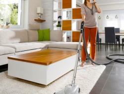 Mit einem Zentralstaubsauger wird die Hausarbeit komfortabel. Der Saugschlauch wird einfach in die Saugdose in der Wand gesteckt. Da sich die Zentraleinheit beispielsweise im Keller befindet, ist die Geräuschentwicklung sehr gering. Bild: tdx/Cleanformat