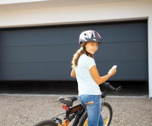 Die Garage ist ein beliebtes Ziel von Einbrechern. Nicht nur Auto und Fahrräder sind dabei begehrt, sondern insbesondere der direkte Zugang zum Haus. Elektrische Garagentorantriebe erhöhen hier dank mechanischer Aufschiebe-Hemmung den Einbruchschutz. Chamberlain bietet mit der MyQ-Technologie weltweiten Zugriff und Kontrolle auf den Garagentorantrieb. So erhalten nur Berechtigte Zugang und es wird auf veraltete Funk-Codes verzichtet. Bild: tdx/Chamberlain