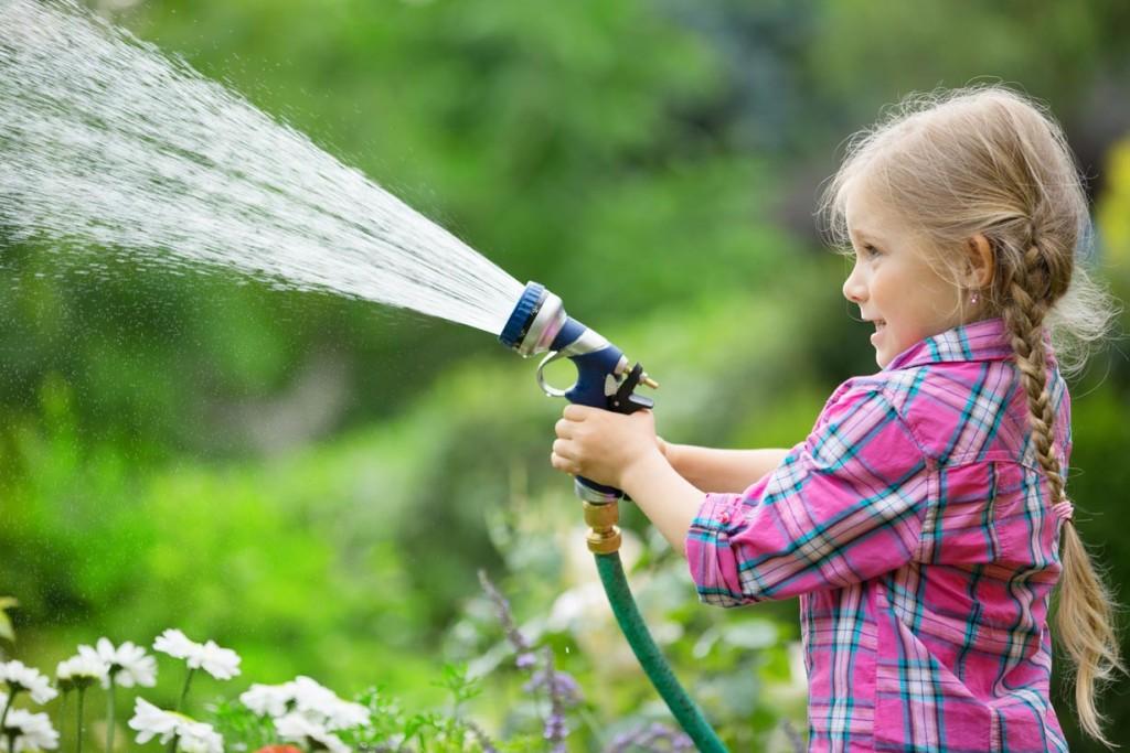Wässern ist nicht gleich wässern: Richtig gießen ist wichtig, damit Pflanzen und Rasen gesund wachsen können. Dann steht einem bunten und grünen Paradies nichts im Weg. Bild: fotolia