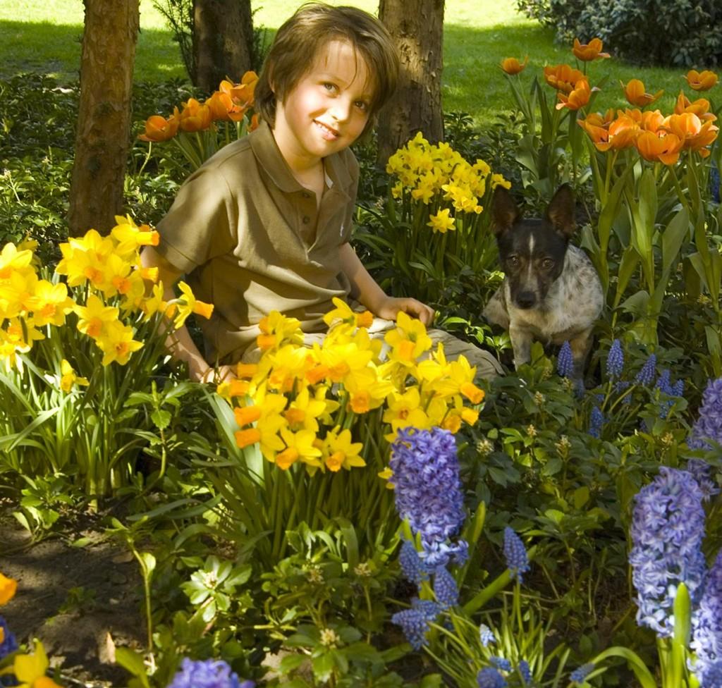 Kinder können bei der Gartenarbeit helfen und lernen auf diesem Weg viele interessante Dinge kennen. Zudem entwickelt sich eine Verbundenheit zur Natur. Bild: tdx/IZB