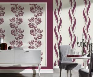 In großen und hellen Räumen können an der Wand problemlos kräftige Farbakzente gesetzt werden. Hier wird das warme Violett durch große Blumenornamente unterbrochen. So entsteht eine einladende Raumwirkung. Bild: tdx/A.S. Création