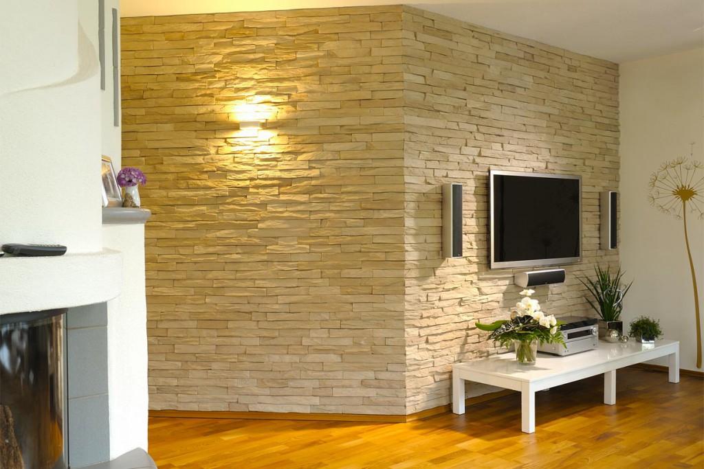 Mit Betonsteinriemchen lassen sich bestimmte Wohnbereiche, wie etwa die Medienwand, gekonnt in Szene setzen. Im Zusammenspiel mit dem Holzfußboden entsteht ein natürliches Wohngefühl. Bild: tdx/Weserwaben