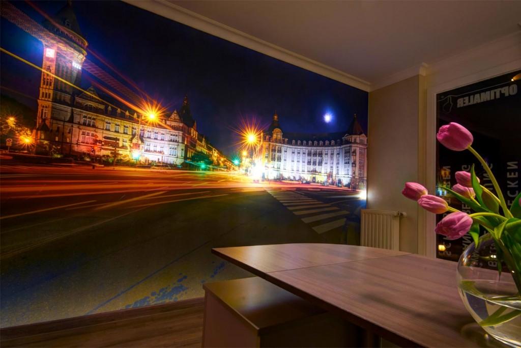 Punktuelle Beleuchtungen hauchen dem Motiv Leben ein und sorgen für ein attraktives Lichtspiel. So wird der gesamte Raum aufgewertet. Bild: tdx/Baumann Spanndecken GmbH/Clipso