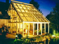Zweistöckige Wintergärten sorgen in Erdgeschoss und erstem Stock für eine romantische Stimmung am Abend. Zudem bietet sich unter der Verglasung ein atemberaubender Blick in den nächtlichen Sternenhimmel. Bild: tdx/Sunshine Wintergarten