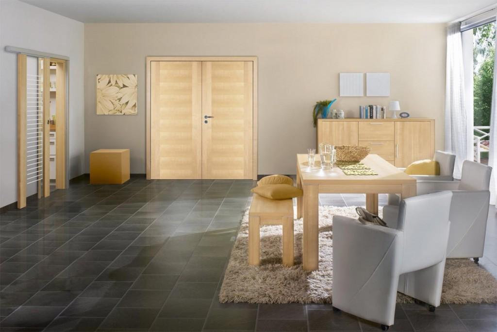Helle Türen ergeben in Kombination mit dunklen Böden und Möbeln sowie farbig gestrichenen Wänden spannungsvolle Kontraste. Besonders individuell wird die Innentür mit selbst gestaltbarer Fräsung oder Lasergravur. Bild: tdx/GD Holz e.V./PRÜM-Türenwerk GmbH