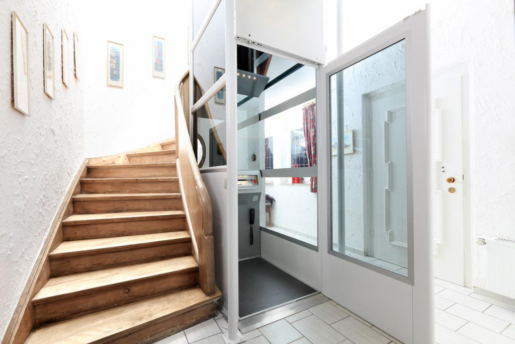 Plattformaufzüge lassen sich in nahezu jedes Treppenhaus integrieren. Im Gegensatz zu Kabinenaufzügen wird bei einem Plattformaufzug nur die Plattform bewegt, auf der die Personen stehen. Für den Betrieb ist kein eigener Maschinenraum erforderlich, da die Technik in der Anlage installiert ist. Bild: tdx/Ammann & Rottkord