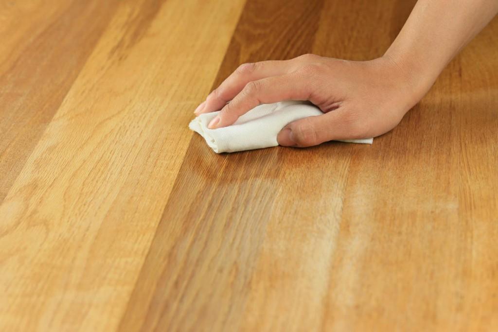 Fußböden sollten regelmäßig der Holzpflege unterzogen werden. Öle, Wachse oder Lack verleihen dem Holz eine matte bis glänzende Optik und vertiefen die natürliche Farbe des Holzes. Bild: tdx/Fotolia