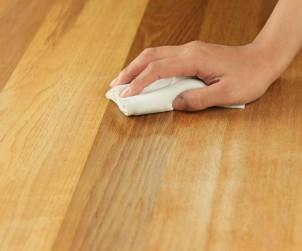 Holzfußböden sollten regelmäßig gepflegt werden. Öle, Wachse oder Lack verleihen dem Holz eine matte bis glänzende Optik und vertiefen die natürliche Farbe des Holzes. Bild: tdx/Fotolia
