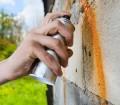 Wer an fremde Hauswände sprüht, ohne eine Erlaubnis zu haben, macht sich strafbar. Erwirkt der Geschädigte vor einem Amtsgericht einen Schuldtitel, muss der ermittelte Sprayer für den Schaden aufkommen – und das kann teuer werden: Eine Beseitigung kann bis zu 40.000 Euro kosten. Bild: tdx/homesolute.com/Fotolia