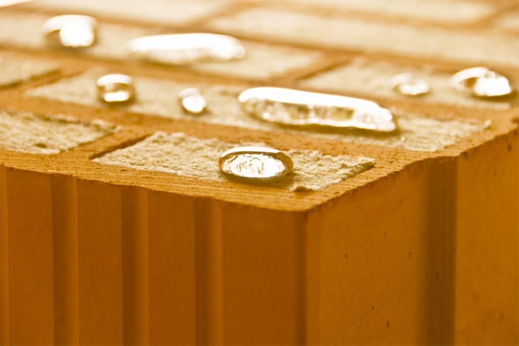 Ziegel besteht aus den natürlichen Bestandteilen Lehm und Ton und ist frei von Allergenen und Giftstoffen. So ist der Baustoff optimal für ökologisches und nachhaltiges Bauen geeignet. Bild: tdx/Mein Ziegelhaus
