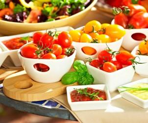 Selbst geerntete Snacktomaten schmecken besonders aromatisch und passen hervorragend zu Salaten, Pizzas und Pasta. Bild: Volmary/Lubera