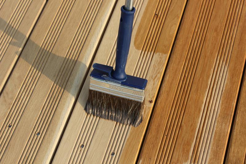 Regelmäßige Pflege schützt die Holzterrasse. Eine Behandlung mit Öl erhält die Holzfarbe und sorgt dafür, dass das Holz wasserabweisend wird. (Bild: GD Holz e.V./KOLLAXO/Langhans)