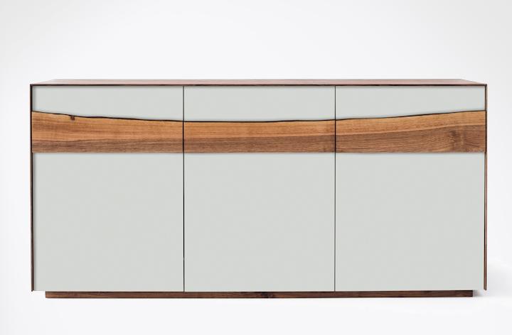 Die über die ganze Länge verlaufende Holzapplikation macht die Anrichte Farn zu einem Kunstwerk und streckt sie optisch in die Länge. (Bild: Scholtissek)