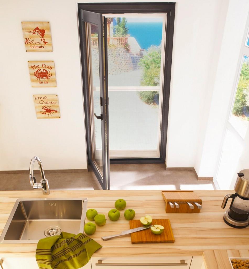 Frische Luft und viel Tageslicht ohne lästige Insekten – ein zuverlässiger Schutz wird besonders in Räumen wie Küche und Bad, die häufig gelüftet werden, geschätzt. Von Vorteil ist dabei, dass der Tageslichteinfall durch das feine Gewebe kaum gelindert wird. Bild: tdx/Teba