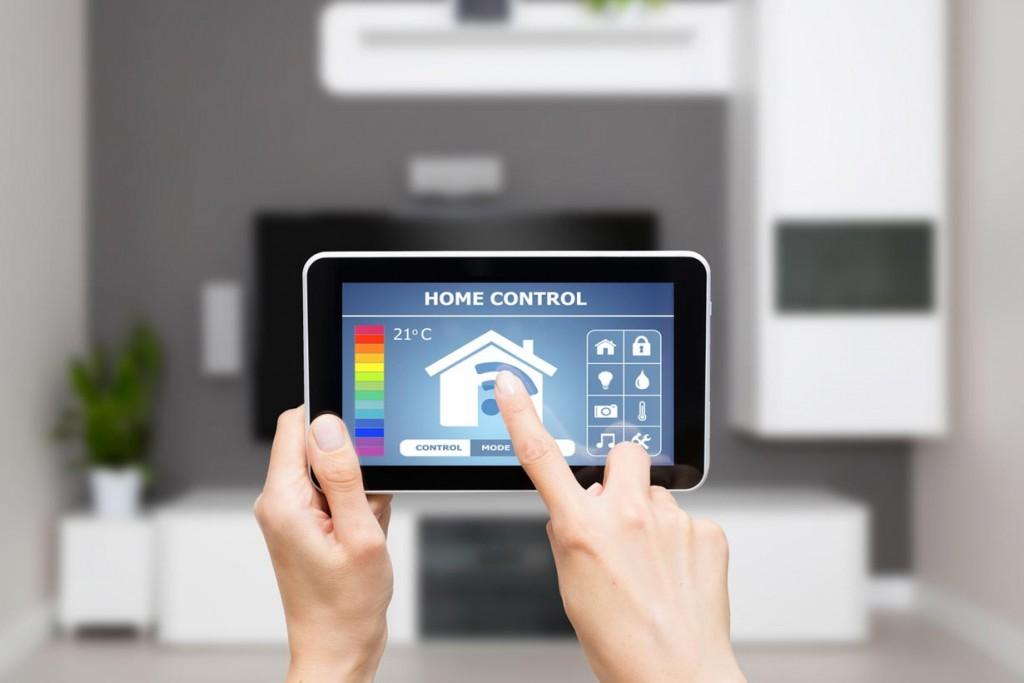Jederzeit und von überall die eigenen vier Wände kontrollieren: Was immer noch nach Science Fiction klingt, wird Schritt für Schritt Realität. Die Vorteile von Smart Home sind vor allem Sicherheit, Komfort und Energieeinsparungen. Dafür bedarf es zuverlässiger Technologie und transparenter Datenerfassung.
