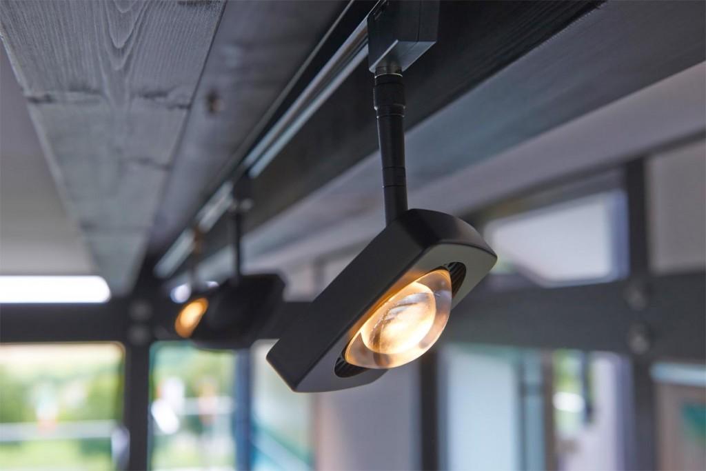 LED-Schienensysteme haben den großen Vorteil, dass mehrere Leuchten von einem einzigen Stromanschluss versorgt werden. Zudem lassen sich mit ihnen mühelos und elegant auch große Strecken zwischen Stromauslass und Leuchte überbrücken. Bestückt mit dreh- und schwenkbaren Strahlern lassen sich Wände und Raumzonen effektvoll in Szene setzen. Bild: tdx/Oligo