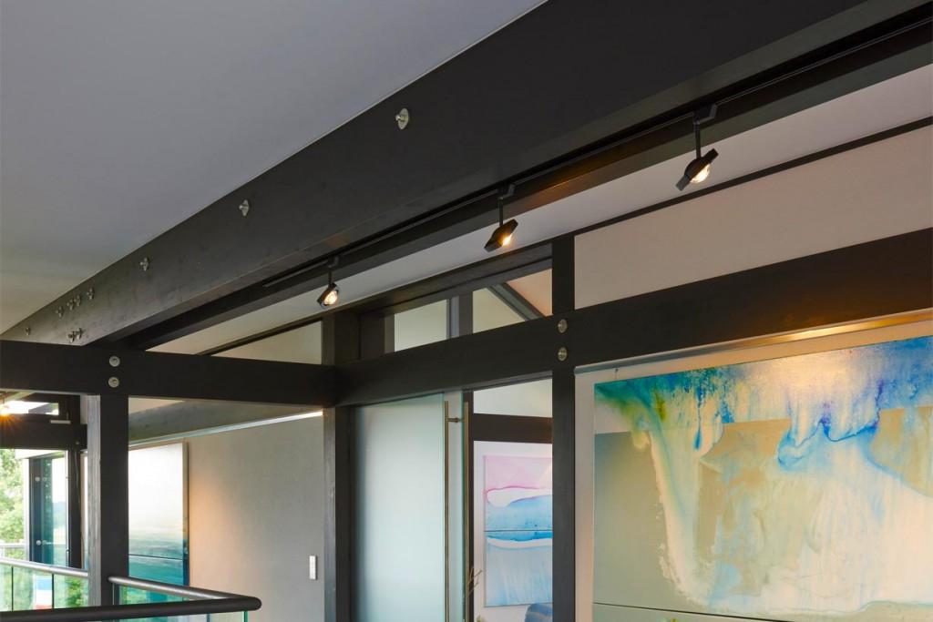 Moderne LED-Schienensysteme inszenieren Räume eindrucksvoll. Neben einem geringen Energieverbrauch und einer enormen Lichtstärke beeindrucken sie mit kleinen Formaten und einer intelligenten Steuerung über Smart Phone und Tablet. Bild: tdx/Oligo