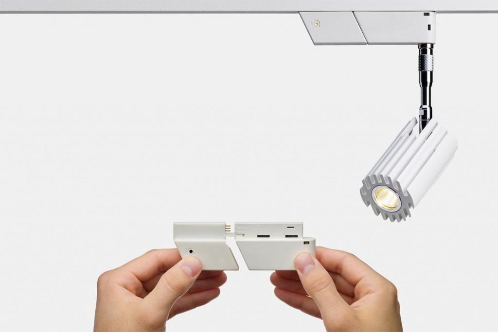 SMART.TRACK wird mit 24 Volt Spannung betrieben. Der damit verbundene geringe Leitungsquerschnitt ermöglicht filigrane Formen und ein außerordentlich kleines Schienenformat von lediglich 17 x 17 Millimetern. Mittels intuitiver Steuerung der Leuchten über mobile Endgeräte wie Smart Phone oder Tablet lässt sich das LED-Licht bequem steuern und dimmen, in Gruppen zusammenfassen und in Szenen verwalten. Bild: tdx/Oligo