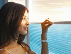 Plissees schützen vor Sonnenlicht und Sommerhitze. Mit einem Handgriff kann die Verschattung flexibel positioniert werden. Dafür kann sowohl die obere als auch untere Leiste des Plissees verschoben werden. Bild: tdx/Duette