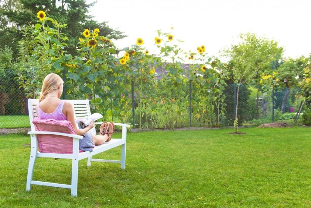 Gartenmöbel aus Holz laden zum Verweilen ein. Ob als Bank, Liege oder Tisch tragen sie mit ihrem edlen und natürlichen Erscheinungsbild zur gelungenen Abrundung der Gartengestaltung bei. Bild: tdx/GD Holz e.V.