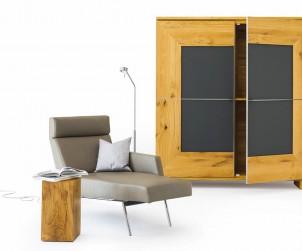 Der Schrank Varus bietet vielfältige Gestaltungsvarianten. Es lassen sich unterschiedliche Holzarten und Gläser kombinieren. So entsteht ein individuelles Möbelstück, das sich jedem Ambiente anpasst. Bild: tdx/Scholtissek