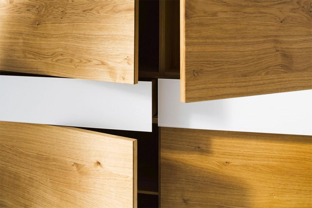 Ein wahres Platzwunder, in dem sich Geschirr und Besteck übersichtlich unterbringen lassen, ist der Kosmos. Seine glatten Designfronten, das gemaserte Massivholz und mattierte Glaselemente bringen Klarheit und Ordnung in den Raum. Bild: tdx/Scholtissek