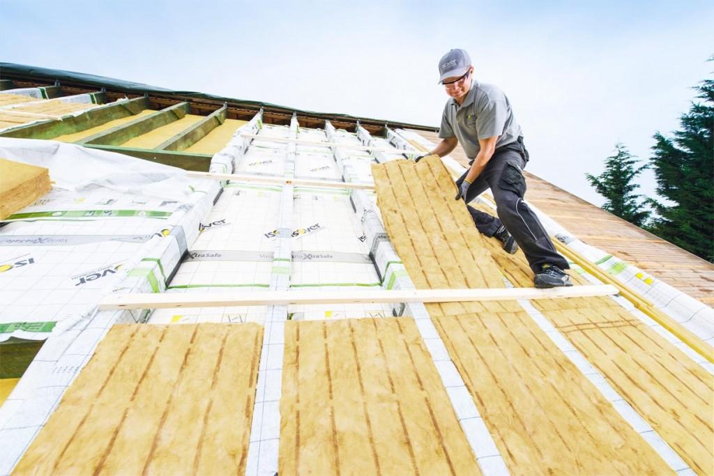 Eine nachträgliche Dachdämmung von außen empfiehlt sich, wenn bereits ausgebaute Wohnräume vorhanden sind oder ohnehin Sanierungsarbeiten, beispielsweise aufgrund von Mängeln in der Dacheindeckung, anstehen. Bildquelle: tdx/SAINT-GOBAIN ISOVER