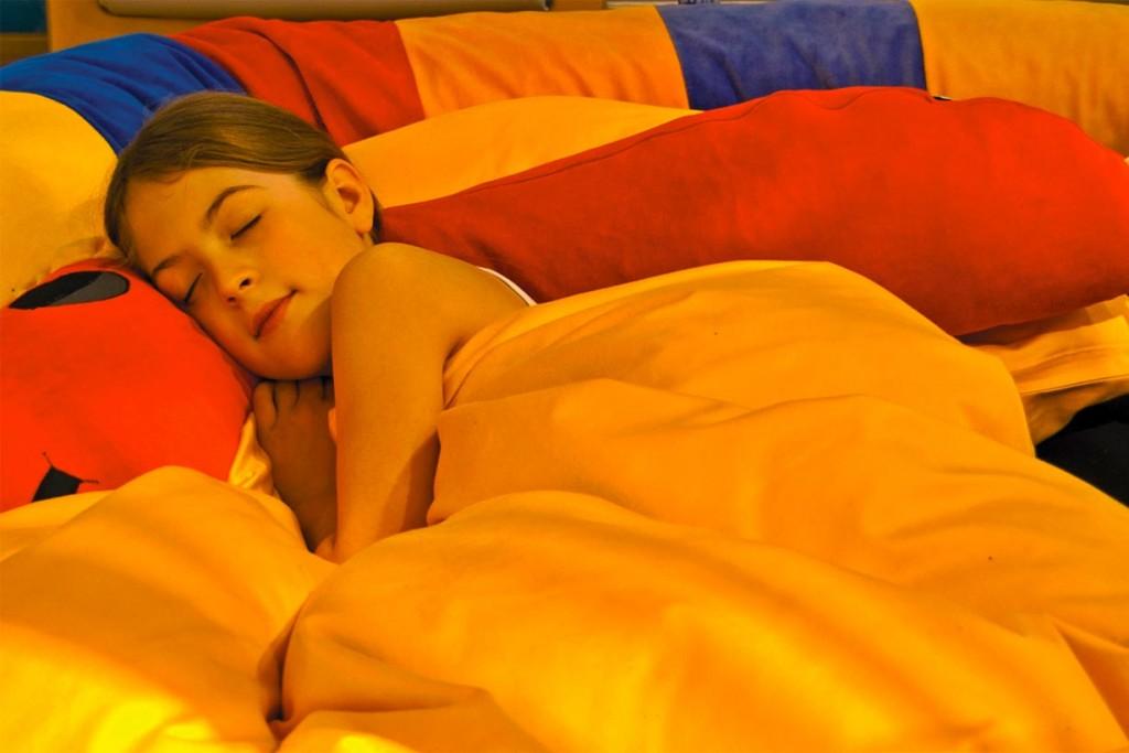 Kinder lernen jeden Tag viel Neues dazu, das im Schlaf verarbeitet und verinnerlicht wird. Tiefschlafphasen sorgen dafür, dass das Langzeitgedächtnis mit Wissen und Erkenntnissen geradezu trainiert wird. Im Wasserbett erfolgt dies auf ideale Weise. Bild: tdx/Tasso
