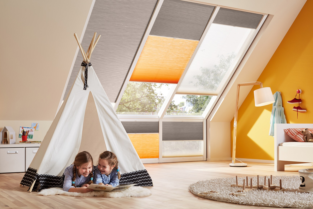 Mit farbigen Plissees wird der gesamte Raum in die Lieblingsfarbe getaucht und eine warme Atmosphäre geschaffen. Die Fensterverschattung ist so nicht nur funktional, sondern auch dekorativ und passt zur Raumgestaltung. Bild: tdx/Duette
