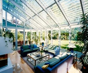 Wohnwintergärten sind als vollwertige Wohnräume nutzbar. Die großen Glasscheiben geben den Blick frei auf Garten und Himmel. Eine außenliegende Jalousie spendet bei Bedarf Schatten. Bild: tdx/Sunshine Wintergarten