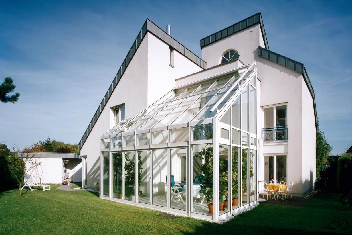 Der Wintergarten ist optisch auf das Gebäude abgestimmt: Sein Steildach schmiegt sich an das Gebäude an und betont dadurch die moderne Architektur des Wohnhauses. Bildquelle: tdx/Sunshine Wintergarten
