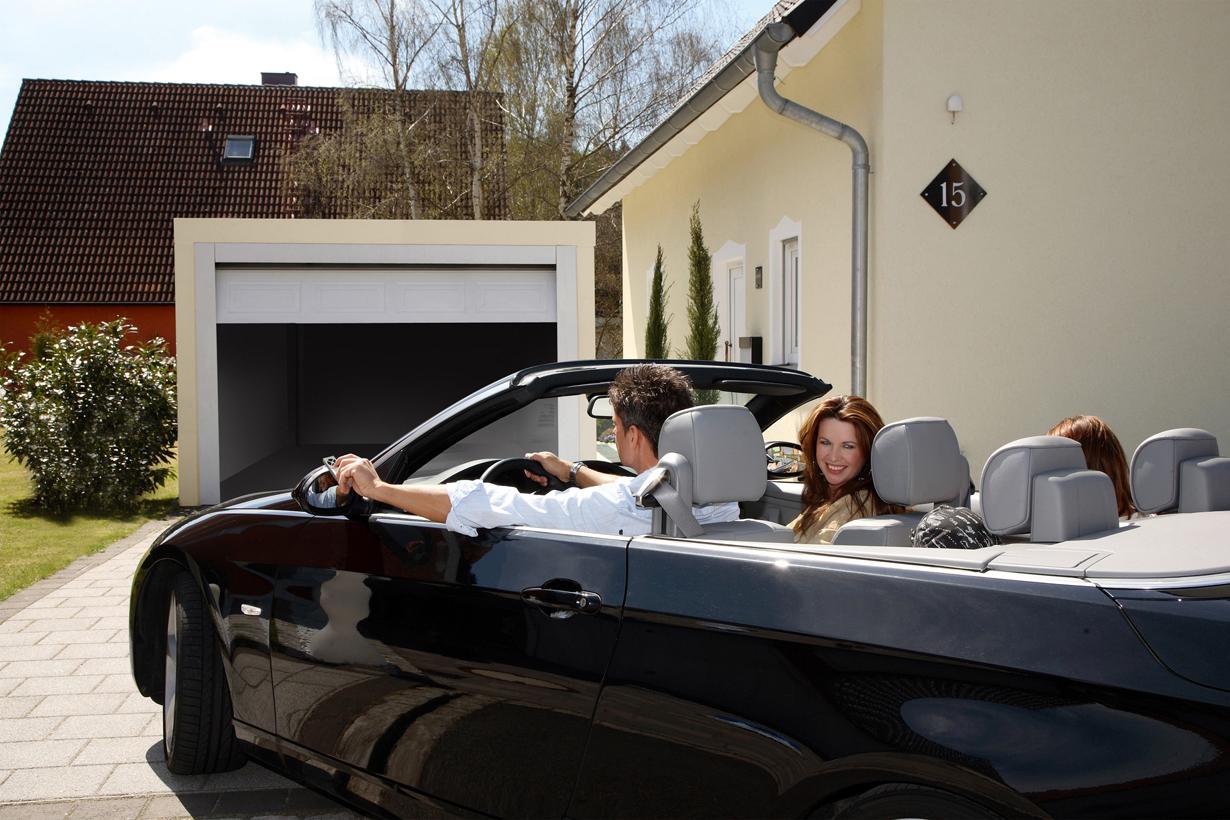 Neben dem Auto werden oft Fahrräder oder teure Werkzeuge in einer Garage verstaut. Sie sollte daher beim Wegfahren immer geschlossen werden. Wird das Schließen dennoch einmal vergessen, kann mittels der Chamberlain myQ-App von überall aus auf das Tor zugegriffen werden. Bild: tdx/Chamberlain