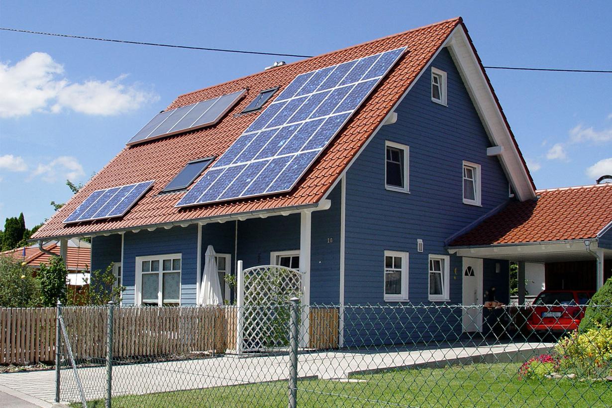 Sonnenenergie zählt zu den am häufigsten eingesetzten erneuerbaren Energien. Auf immer mehr Hausdächern sind heute Solarkollektoren zu finden. Bildquelle: tdx/themendienst