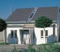 Dachform sowie Art und Farbe der Eindeckung schützen die im Inneren liegenden Räume und bestimmen die Optik eines Hauses. Die Möglichkeiten sind vielfältig, daher sollten sich Bauherren und Modernisierer rechtzeitig und umfassend informieren. Bild: tdx/EUROBAUSTOFF/Braas