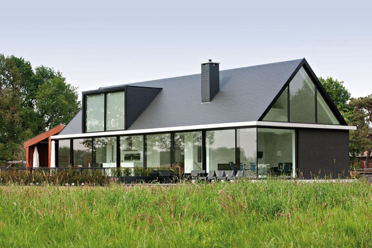 Das Satteldach ist die gängigste Bauform in Deutschland. Es hat sich für die Ableitung von Niederschlag, das Tragen von Schneelast und als widerstandsfähig gegenüber starken Winden bewährt. Zudem bietet es im Dachgeschoss Stau- oder in ausgebauter Form sogar zusätzlichen Wohnraum. Bildquelle: tdx/EUROBAUSTOFF/Eternit