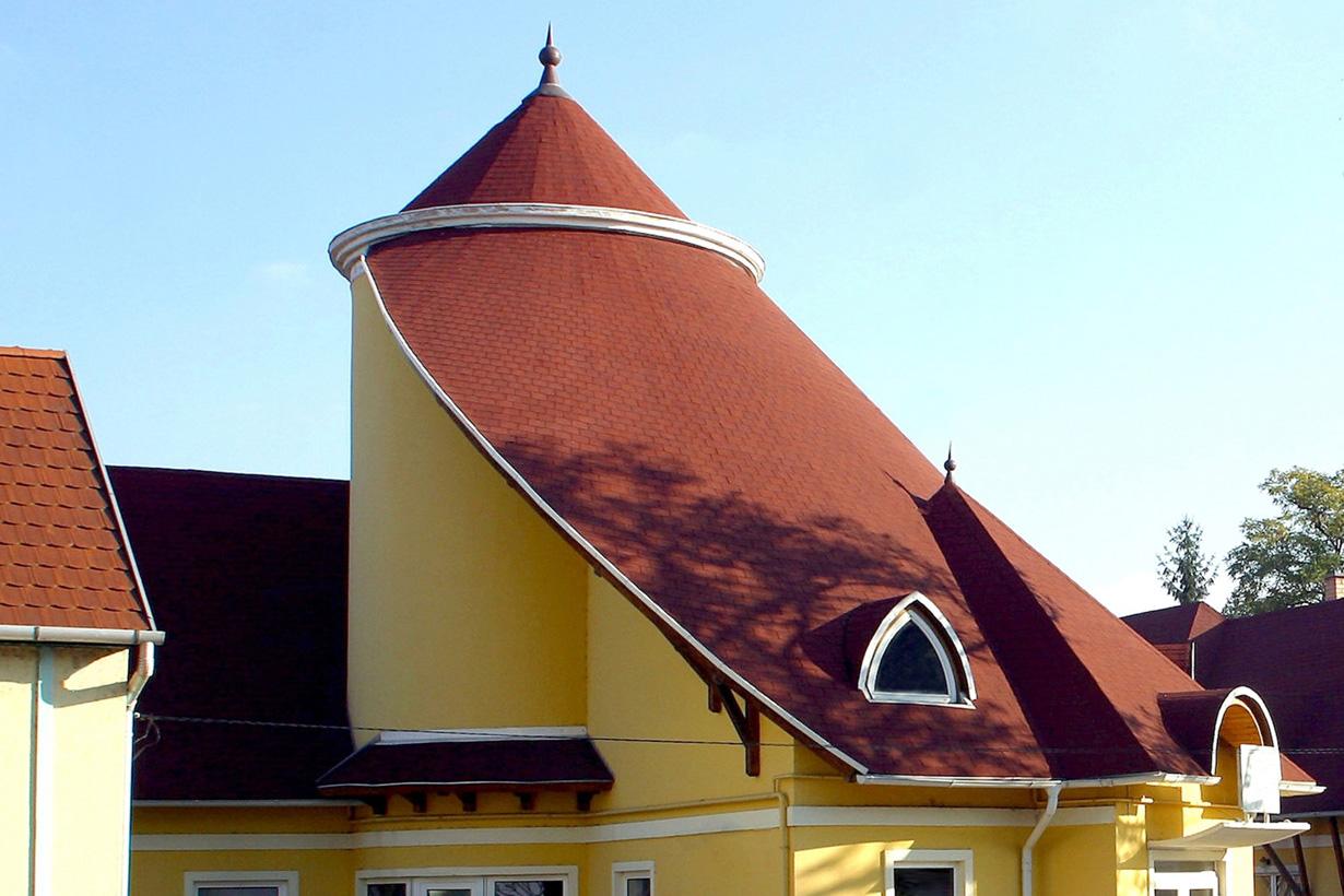 Außergewöhnliche Dachformen sind heutzutage ebenfalls möglich. Die Kombination aus roten Dachziegeln, Gaube und gelber Fassade zeigt den Variantenreichtum rund ums Dach. Bildquelle: tdx/EUROBAUSTOFF/IKO