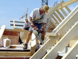Eigenleistungen können die Investition in ein Eigenheim spürbar reduzieren. Allerdings sollten Dachdecker- und Zimmererarbeiten noch immer dem Fachmann überlassen werden. Bild: tdx/RGBuW