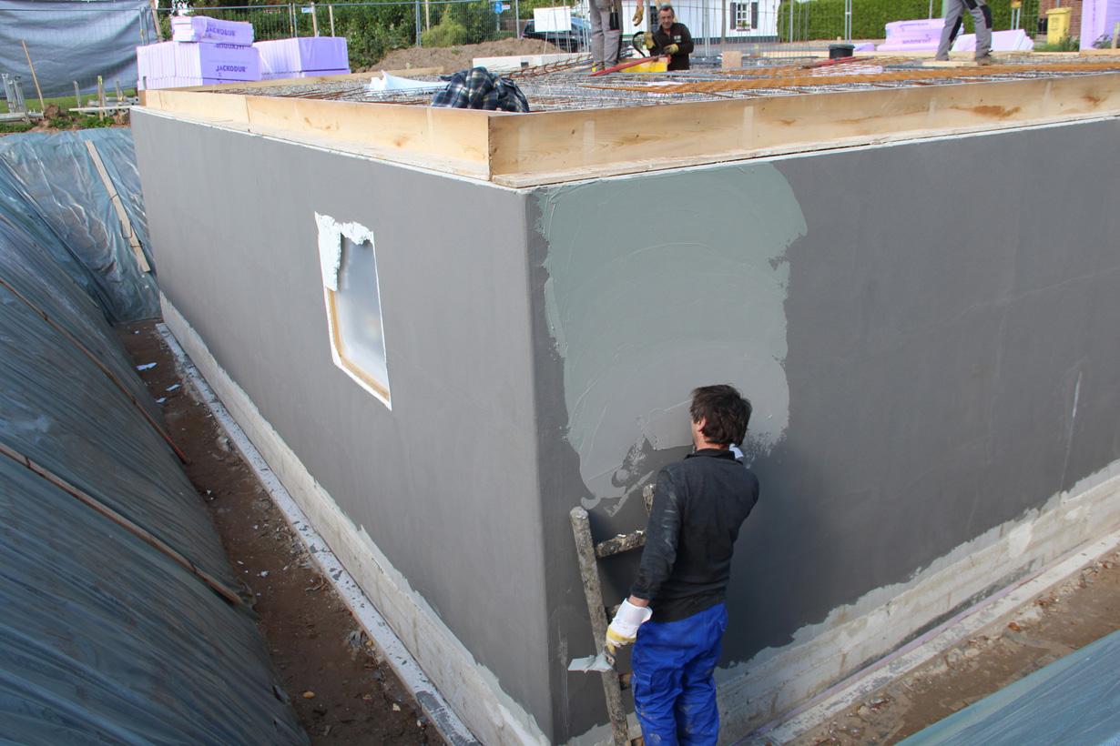 Finger weg von wichtigen Arbeiten, wie der Abdichtung der Kellerwände. Um spätere Feuchteprobleme zu vermeiden, ist ein Fachmann vonnöten. Bildquelle: tdx/Hahne Bautenschutz