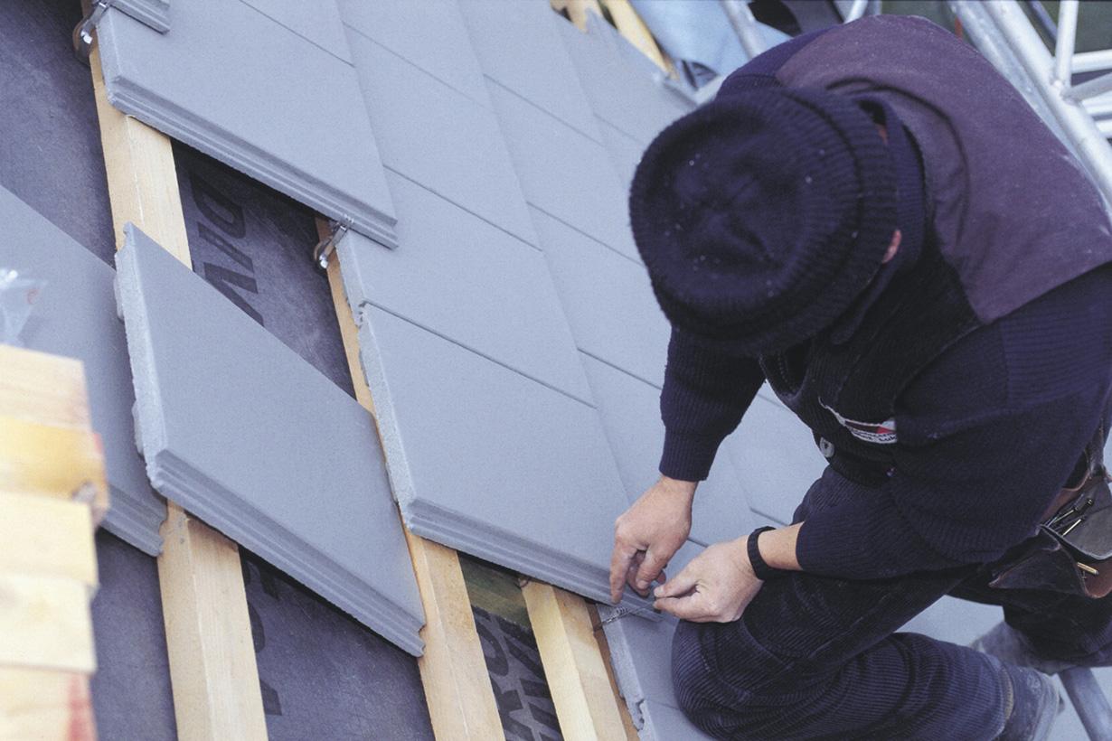 Damit das Dach Stürmen und Unwettern gewachsen ist, sollte es mit Hartbedachungen aus Dachsteinen, Dachziegeln, Schiefer oder Titanzink eingedeckt sein. Um eventuelle Mängel erkennen und beheben zu können, sollte im Herbst ein regelmäßiger Dachcheck durchgeführt werden. Bildquelle: tdx/dach.de