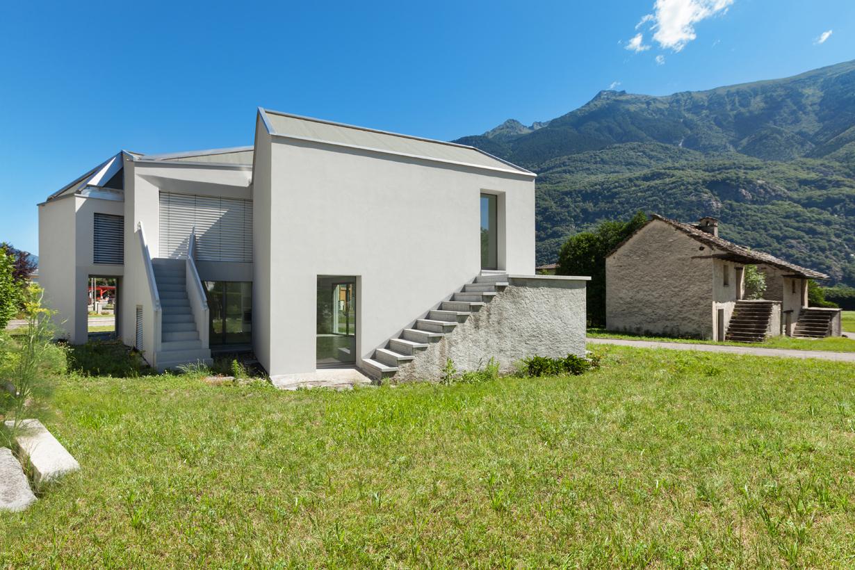 Der Neubau schmiegt sich harmonisch in die Berglandschaft der Schweizer Alpen. Bild: Fotolia)