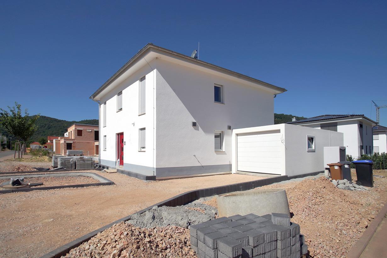 Bei der Planung der eigenen vier Wände legen Bauherren zunehmend Wert auf Nachhaltigkeit. Für ein nachhaltiges Hauskonzept spielen unter anderem die Wärmedämmung und effiziente Heiztechnik eine Rolle. (Bild: Allianz pro Nachhaltigkeit)
